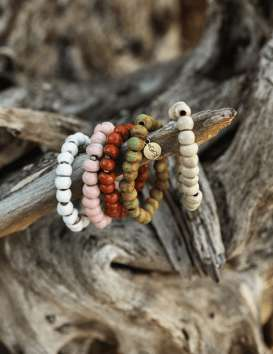 Bracelet en perles d'argile émaillée unisexe - Simbi - Haïti © Cécile Chabert