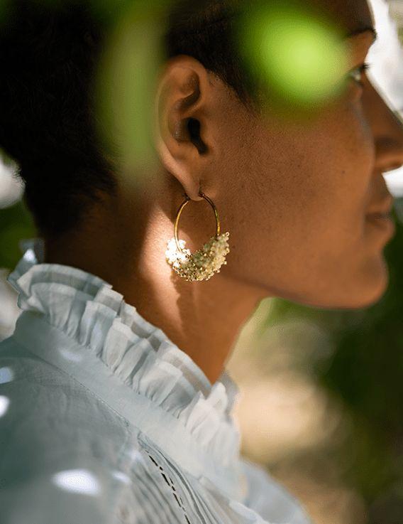 Boucles d'oreille Créoles -  Joli Hoop - Haïti Design Co © Christine Picard