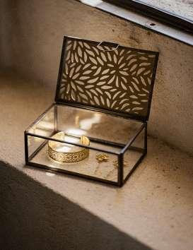 Boîte à bijoux rectangulaire en verre et métal sculpté Madam Stoltz © Christine Picard