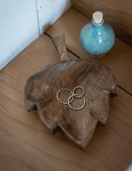 Plat «feuille» en bois de manguier Madam Stoltz © Christine Picard