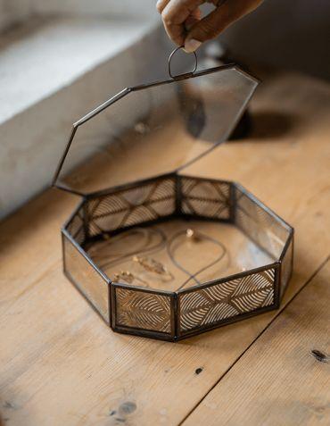 Boîte à bijoux hexagonale en verre et laiton sculpté Madam Stoltz © Christine Picard