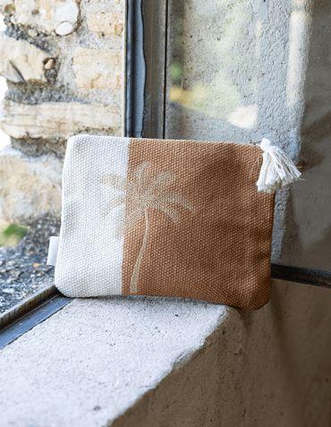Pochette brodée Cocotier Sable/blanc et pompon Madam Stoltz © Christine Picard