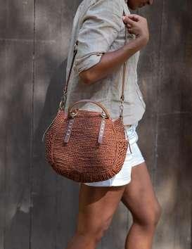 Sac bandoulière en Raphia & cuir de Madagascar - Sam Couleur Havane - Sans Arcidet © Christine Picard