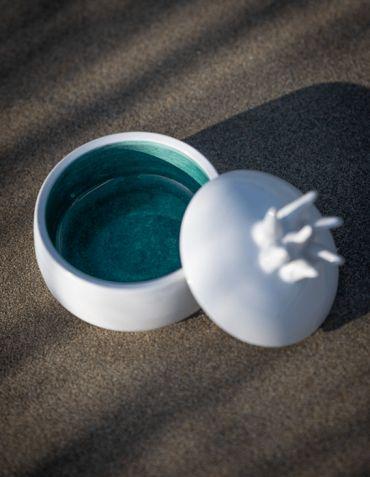 Boîte Anémone en faïence - Catherine Bland Céramiques © Christine Picard