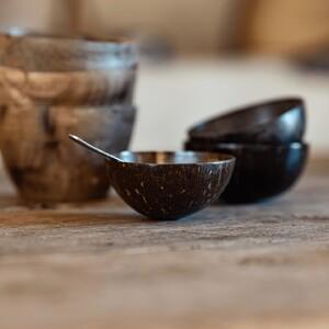 Cette semaine, on vous propose de picorer avec gourmandise✨ dans nos produits issus de notre gamme « art de la table ».   Intrigués ?   Pour continuer, nous vous servons le bol en noix de coco de Madam Stoltz.  #OuaLesSentiersDéole #Art #OUA #ArtDeLaTable #Table #Décoration #Couverts #Plat #TableDressée #Céramique #Verre #DécorationIntérieure #Artisanat #Bol #NoixDeCoco #MadamStoltz